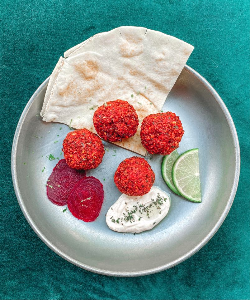 Zo lekker: falafel van rode biet van The Big Green Egg